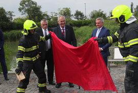 """Zeman na Hradě spálil červené trenýrky. """"Je mně líto, že z vás dělám blbečky,"""" řekl novinářům"""