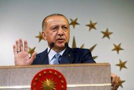 Turecký prezident Recep Tayyip Erdogan obhájil svůj mandát už v prvním kole voleb, a to s posílenými pravomocemi a spojením funkce prezidenta a premiéra