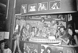 Sable Starr (úplně nalevo) a Lori Maddox (úplně vpravo) s kapelou Led Zeppelin.
