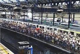 Davy migrantů v centru Prahy? Tisíce lidí naletěly hoaxu, šířilo se přitom video z nádraží v Anglii