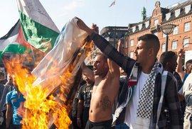 Příznivců radikálních muslimů je v Dánsku hodně. Na snímku z roku 2014 pálí v Kodani izraelskou vlajku