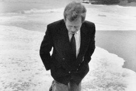 Bývalý prezident Václav Havel v prosinci 1990 v Portugalsku poblíž Cabo da Roca, nejzápadnějšího cípu kontinentální Evropy