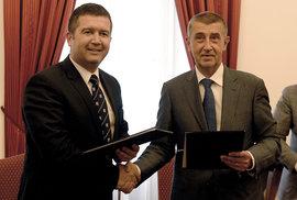 Vláda opřená o komunisty je zpečetěna. Babiš a Hamáček podepsali koaliční smlouvu