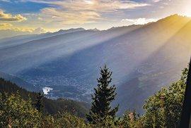 Slunce zapadající nad Val d'Isère naokraji národního parku Vanoise