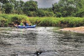 Romantické travnaté břehy v zákrutách řeky