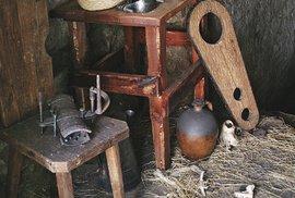 Uvnitř sklepa proměněného navězení jsou vystaveny repliky mučicích nástrojů