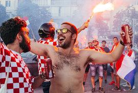Červenobílé peklo. Chorvaté ve Splitu si užívali finále MS ve fotbale tancem i dýmovnicemi