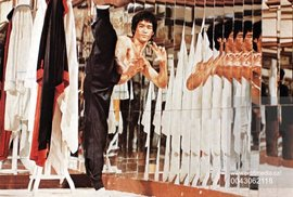 1973 V jednom ze svých nejslavnějších snímků Drak přichází.