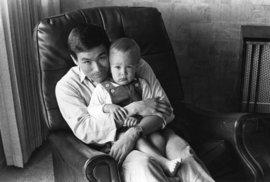1966 Táta Bruce se synkem Brandonem.