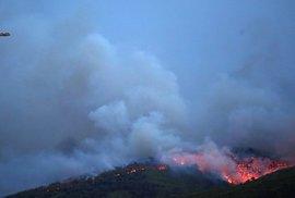 Při lesních požárech v Řecku zahynulo nejméně 50 lidí