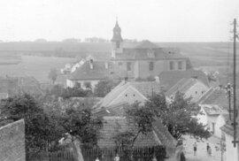 8. Lidice, 30. léta minulého století: Kostel svatého Martina a nedaleká ulice.