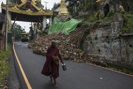 Buddhistickým mnichům je v Barmě prokazována velká úcta