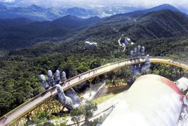 Ve Vietnamu mají most doslova v božích rukou. Nápaditá atrakce láká davy turistů