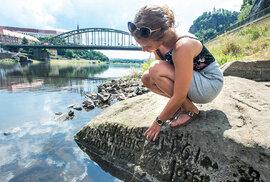 Při nízkém stavu Labe je vDěčíně vidět tzv. Hladový kámen, jedna znejstarších hydrologických památek vestřední Evropě