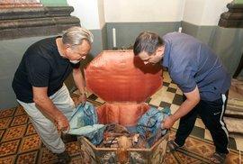 Ostatky zakladatelů kláštera byly nalezeny v malované dřevěné truhle v sakristii kaple svatého Štěpána. Podle historika Leoše Mlčáka mají za sebou strastiplnou pouť, několikrát se podle dochovaných pramenů stěhovaly.