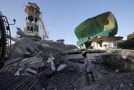 Zemětřesení v Indonésii má nejméně 131 obětí, mezi zraněnými je Čech. 156 tisíc lidí…