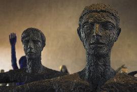 Na snímku vpravo je socha První strážce (Jan Palach), vlevo Druhý strážce (Jan Zajíc). Autorem je Olbram Zoubek.