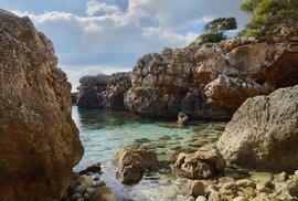 Na Mallorce zemřel český turista. Skákal do vody a spadl na skálu