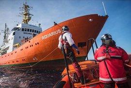 Loď Aquarius, kterou v červnu odmítly Itálie i Malta, opět nabírá migranty u pobřeží Libye