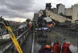 Desítky mrtvých v Itálii. V Janově se zřítil most i s auty. Pod ním jsou budovy