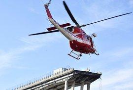 Záchranářské práce po zřícení mostu v Janově.