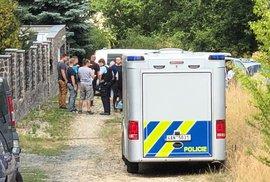 Policie pátrá u Kamenice po pachateli, který střelil do hlavy ženu a zmizel. Zraněná v nemocnici zemřela