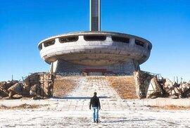 Komunistické UFO: Brutalistní památník, který téměř 30 let jenom chátrá. Podívejte se
