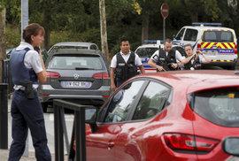 Útočník nedaleko Paříže pobodal několik lidí. Zemřely dvě ženy