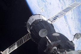 Vesmírná ruská ostuda? Díru, která ohrozila ISS, vyvrtali do Sojuzu už na Zemi a zalepili lepidlem