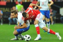 Přípravné utkání meziRuskem a Českem - Alexej Jonov v souboji se Stanislavem Teclem