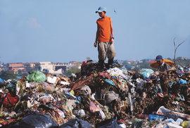 Lepší život díky odpadu. To je realita mnoha chudých kambodžských rodin