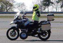První motorka, která nepotřebuje jezdce. Samořídící stroj dokáže i sám zastavit a nepřevrhne se