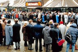 Šílenství s názvem McDonald's: Takhle vypadala fronta na první ruský hamburger, čekalo se i osm hodin