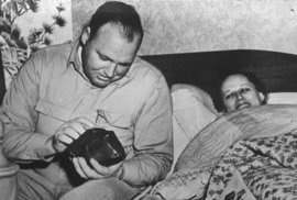 Ann Hodges se svým mužem, který si prohlíží meteorit