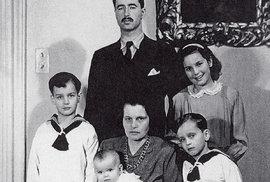 Karel Schwarzenberg (chlapec první zleva) srodiči, otcem Karlem, matkou Antonií asourozenci, 1944