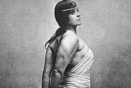 Kate Williamsová vystupovala pod jménem Vulcana. Většina jejích úspěchů je zpětně zpochybňována, nicméně jeden dobře zdokumentovaný skutek zůstává. V říjnu roku 1901 spatřila Vulcana při procházce Londýnem zaklíněný vůz v ulici Maiden Lane. Nijak neváhala a k úžasu přihlížejících vůz jednoduše zdvihla a poponesla na zpevněný povrch.
