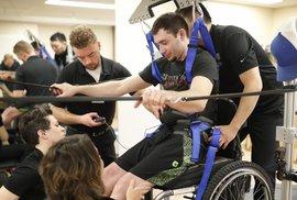 Ochrnutí pacienti začínají znovu chodit díky implantátu v páteři. Novou nadějí jsou elektrody