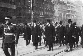 Je pátek 27. září 1929 – prezident Masaryk přichází složit hold u pomníku světce na Václavském náměstí