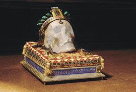 Je to poněkud bizarní. Lebka svatého Václava je uložena v pokladnici Svatovítského chrámu, tedy odděleně od kosterních pozůstatků světce, které jsou pohřbeny ve svatováclavské kapli