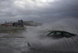 Na jih Evropy se žene středomořský hurikán Zorba. V Řecku kolabuje doprava, domácnosti jsou bez proudu