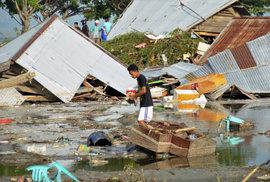384 potvrzených obětí zemětřesení a cunami v Indonésii. Osud dalších stovek lidí je neznámý