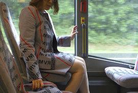 Německá umělkyně Menja Stevensonová si vyrobila šaty z povlaků sedaček autobusů hromadné dopravy