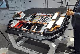 Takto vypadá podlaha elektromobilu odAudi. Vpodstatě celou ji vyplňují akumulátory.