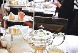 Anglický čajový rituál: konvice s čajem, mlékem a třípatrový stojan na zákusky a sendviče