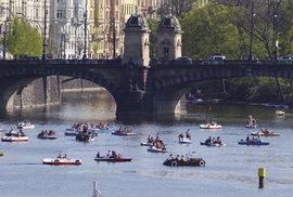 Dva dny po volbách zaplavili Prahu imigranti ve člunech a podomácku vyrobených…