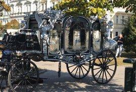 Vybavení pro koně a smuteční povoz, který poveze rakev Jana Kočky i s jeho tělem.