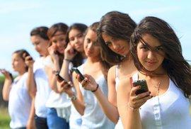 Koukáte se často do telefonu? Pak možná trpíte nomofobií. Tady jsou čtyři nejčastější příčiny