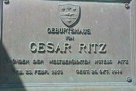 Pamětní deska na rodném domu Césara Ritze