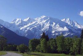 """O nejvyšší horu Evropy se dělí dva státy – Francie a Itálie. Je to samozřejmě Mont Blanc, tedy """"Bílá hora"""" s výškou 4809 metrů nad mořem. První, kdo tento vrchol pokořil, byla dvojice francouzských horolezců v roce 1786. V posledních letech míří na Mont Blanc v průměru přes 300 turistů denně, proto se je úřady v Chamonix snaží regulovat."""