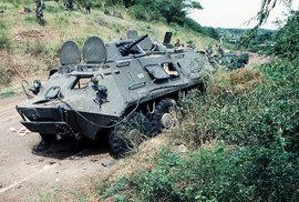 Obrněný transportér sovětské výroby BTR-60PB zničený příslušníky Rangers při obsazování kolejí True Blue